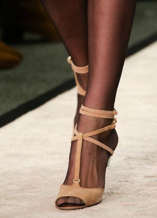 Шов на колготках выглядит некрасиво в открытом носке обуви. / Фото: Womanadvice.ru