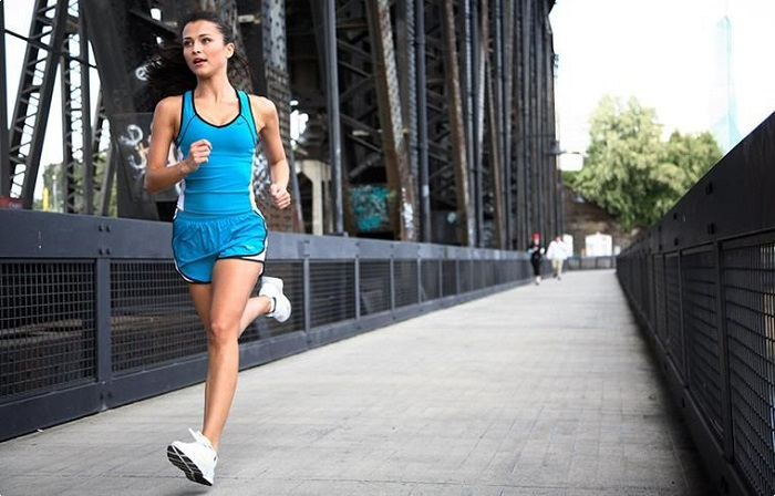 Ранее спортивная обувь использовалась только на пробежках и тренировках. / Фото: pomada.cc