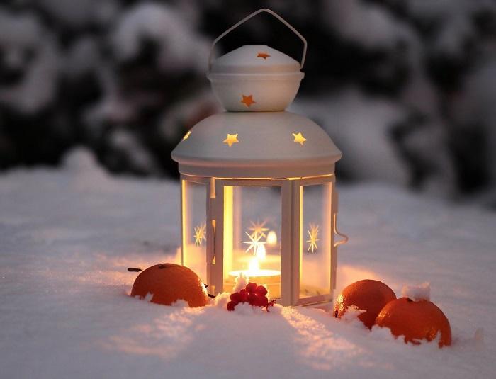 Горящие фонарики на снегу создают сказочную атмосферу. / Фото: fotostrana.ru