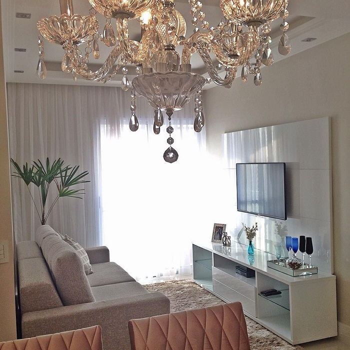 Объемная люстра утяжеляет низкий потолок. / Фото: Pinterest.ru