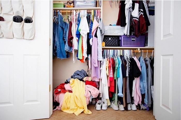 Хранение зимних и летних вещей в одном месте приводит к беспорядку. / Фото: freelancehack.ru