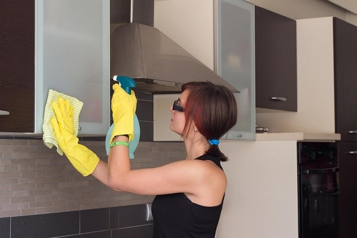 Шкафы на кухне нужно мыть регулярно. / Фото: Twitter.com