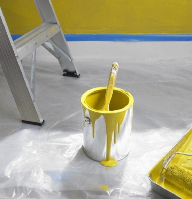 Застелите пол душевой шторкой, чтобы не вымазать его краской. / Фото: svoimi.rukami.klubokidei.com