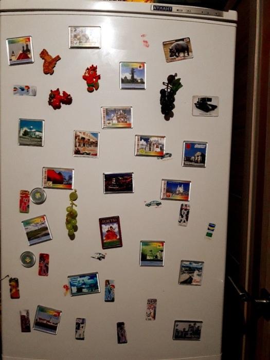 Магниты на холодильнике делают интерьер кухни неэстетичным. / Фото: cloudfront.net