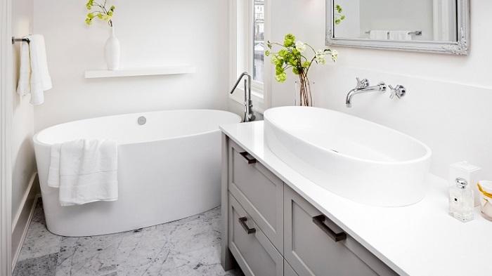 Ванная может стоять отдельно и не маскировать плиткой либо экраном. / Фото: uutvdome.ru