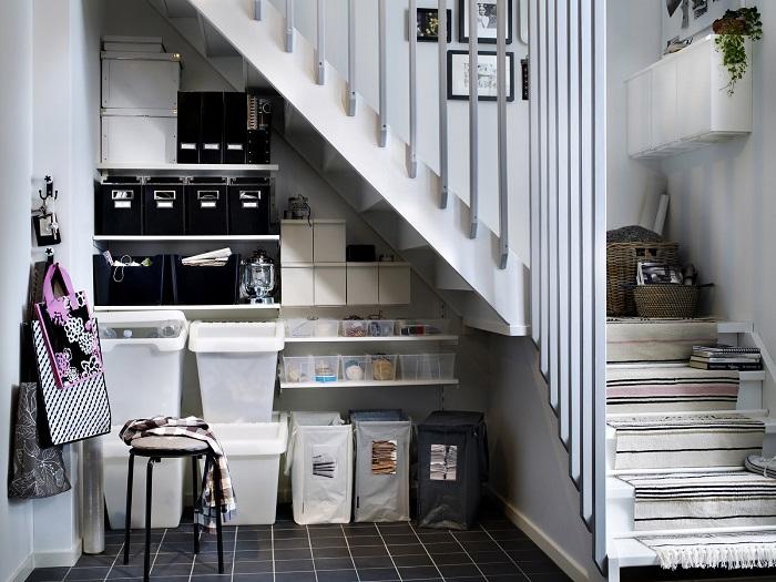 Под лестницей можно устроить гардеробную для обуви. / Фото: roomester.ru