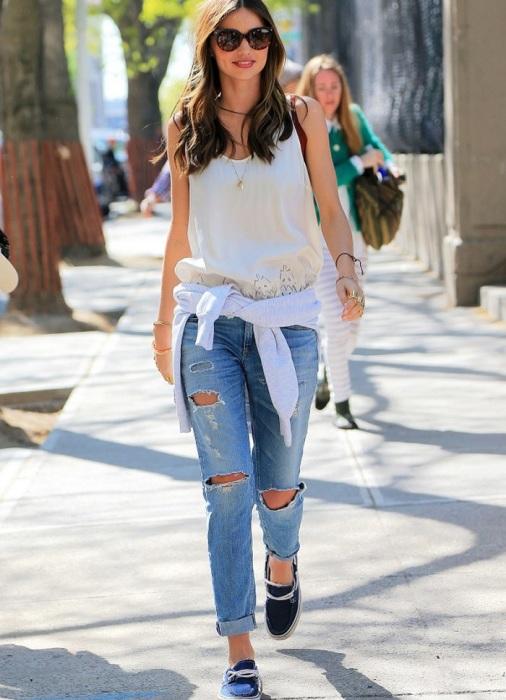 Рваные джинсы смотрятся неуместно в офисе. / Фото: womanadvice.ru