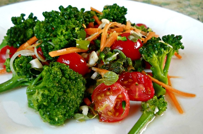 Салат с помидорами, брокколи и морковью. / Фото: gotovim-doma.ru