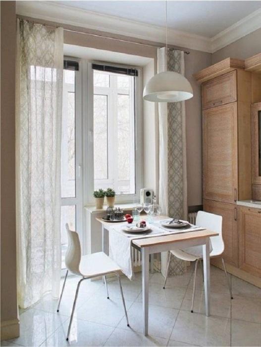 Стол и стулья на кухне возле выхода на лоджию. / Фото: Dekorin.me