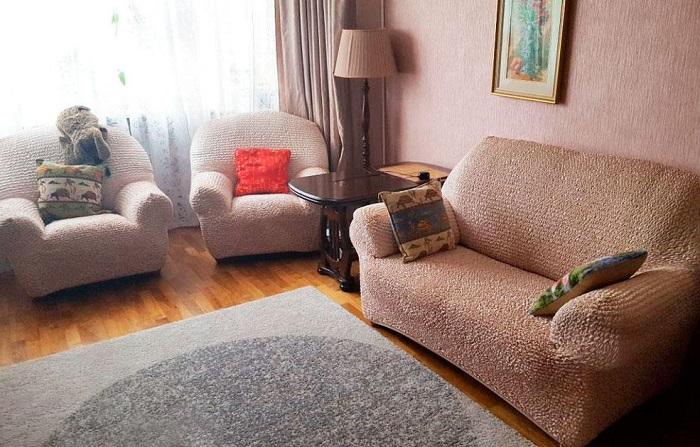 Диван и мебель из одного комплекта - устаревшее дизайнерское решение. / Фото: Z-g.by
