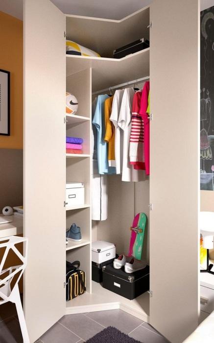 Угловая гардеробная сэкономит много места. / Фото: mirdizajna.ru