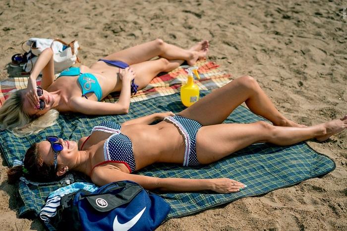 Нельзя загорать, предварительно не нанеся солнцезащитный крем. / Фото: zen.yandex.ru