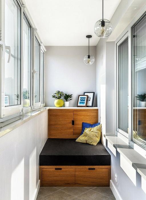 На лоджии можно разместить кровать со встроенной системой хранения. / Фото:  vdomax.ru