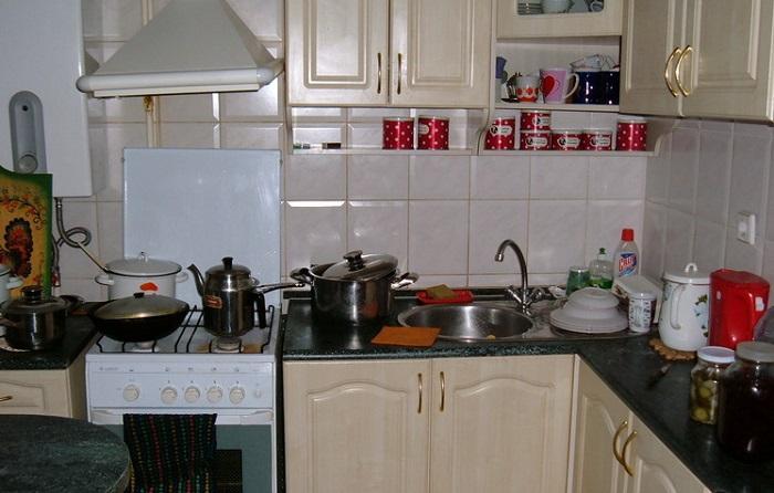 На столешнице не должны находится все кухонные принадлежности, только самые нужные. / Фото: liveinternet.ru