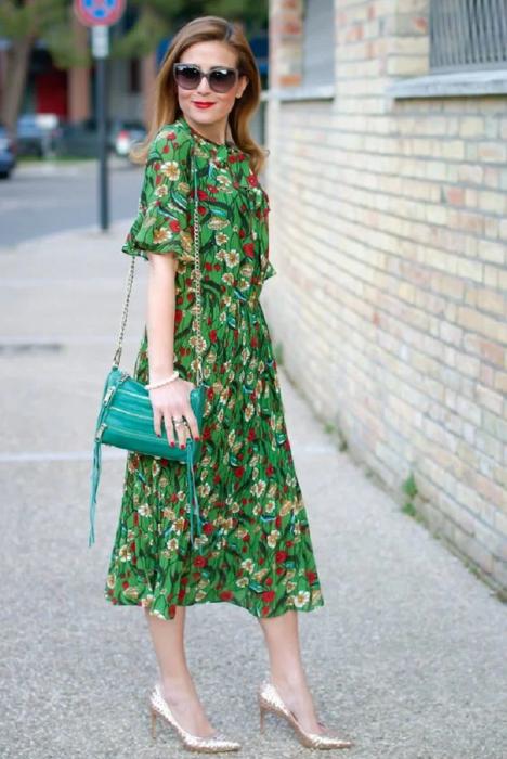 Шифоновое платье в комплекте с каблуками создает элегантный образ. / Фото: Zen.yandex.com