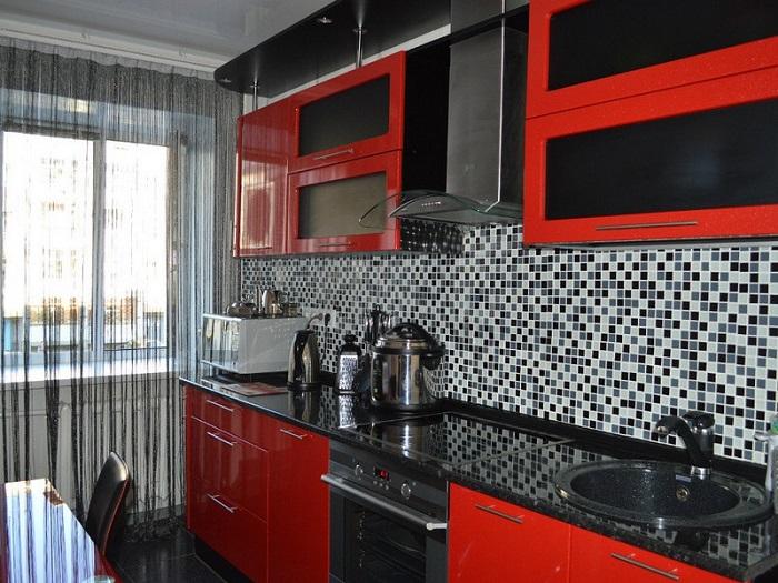 Красно-черная кухня выглядит слишком агрессивно. / Фото: vplate.ru