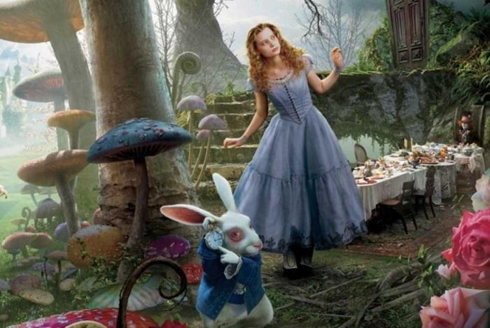 Алиса в знаменитом голубом платье, но уже без белого фартука. / Фото: 123ru.net