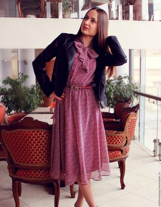 Платье с бантом не выглядит современно. / Фото: Zen.yandex.ru