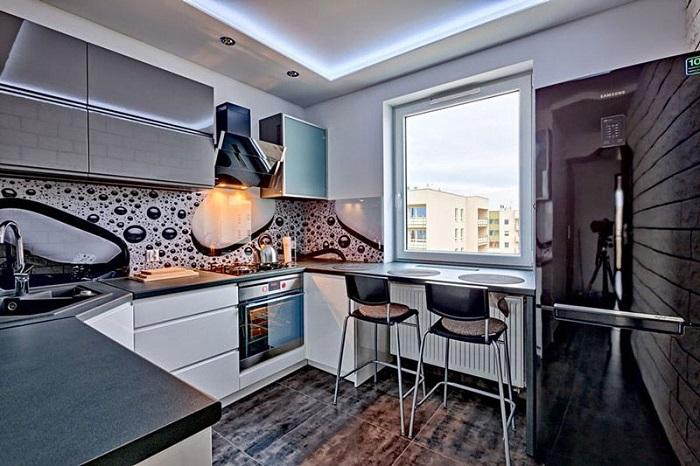 Кухонный гарнитур под металл идеально вписывается в современный интерьер. / Фото: dizainexpert.ru