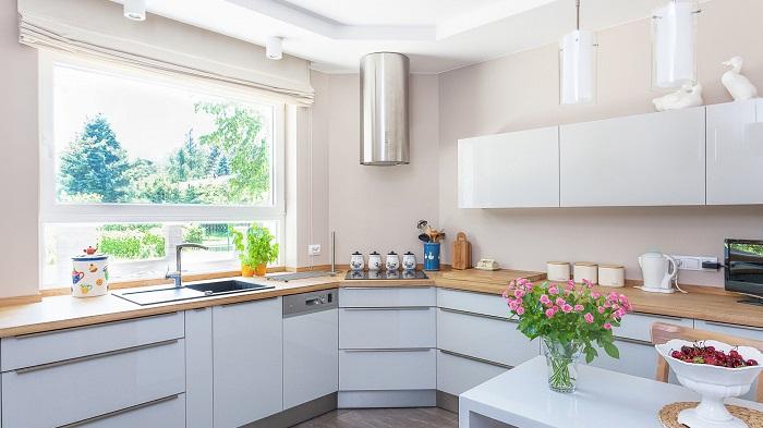Невысокие шкафы не могут вместить в себя все необходимое на кухне. / Фото: dizainexpert.ru