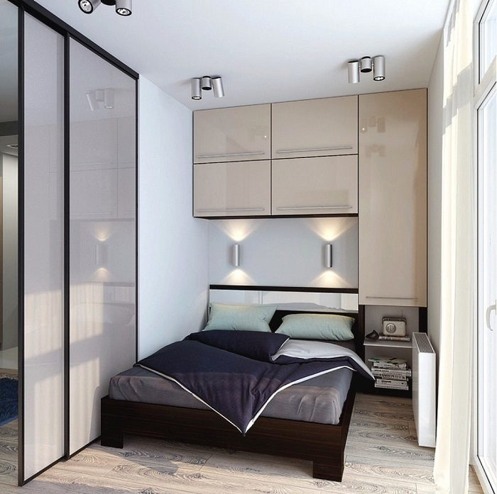 Система хранения, расположенная у изголовья кровати. / Фото: Modernplace.ru