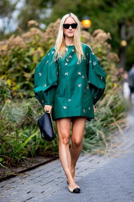 Платье со слишком объемными рукавами не подходит девушкам маленького роста. / Фото: zen.yandex.ru