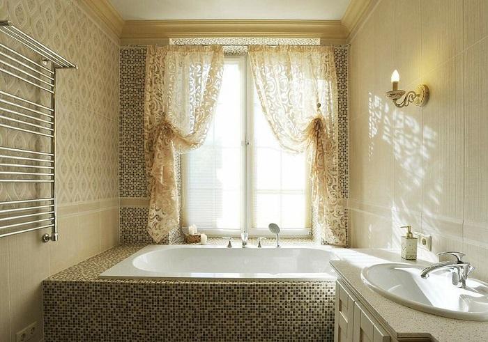 Ванна возле окна популярная в частных домах. / Фото: Interiorizm.com