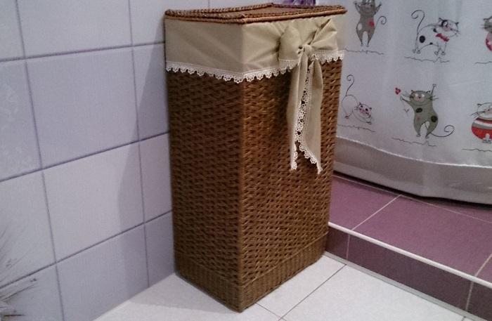 Под корзиной для белья часто можно найти пыль и грязь. / Фото: livemaster.ru