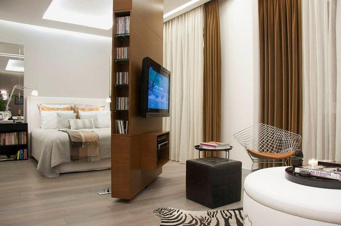 Двигающаяся перегородка позволит смотреть телевизор в любой части комнаты. / Фото: liveinternet.ru