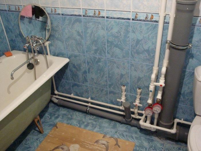 Положите деньги в фальштрубу в ванной комнате. / Фото: zen.yandex.ru