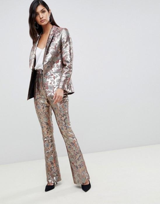 Жаккардовые брюки выглядят слишком театрально. / Фото: asos-media.com