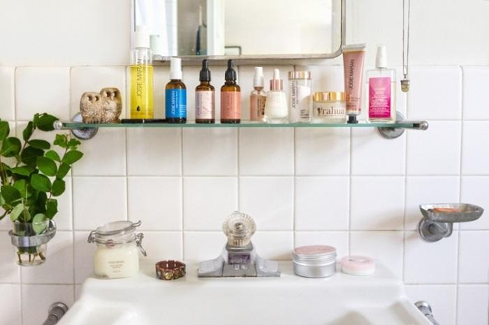 Лишними в ванной будут сыворотки и масла, которыми никто не пользуется. / Фото: Vplate.ru
