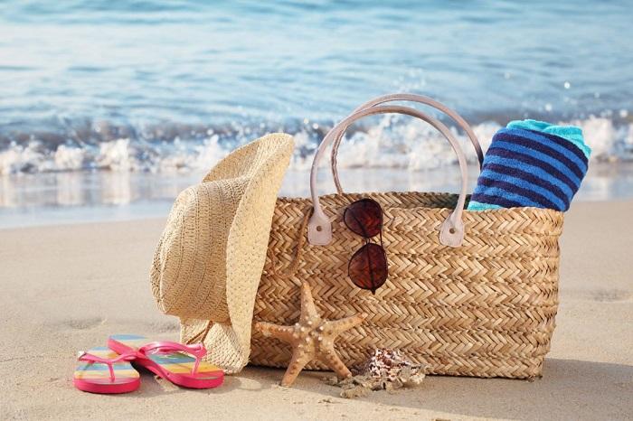 Шляпа, пляжная сумка и очки - минимальный набор аксессуаров для отдыха. / Фото: thestripescompany.com