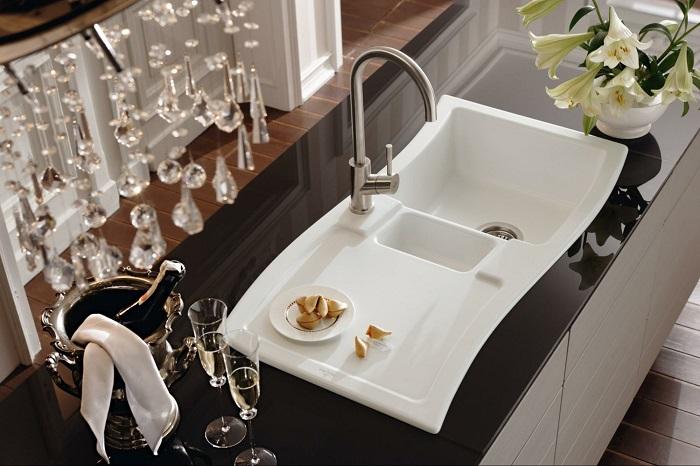 Раковина с продолжением для размещения горячей посуды. / Фото: Dekor.expert