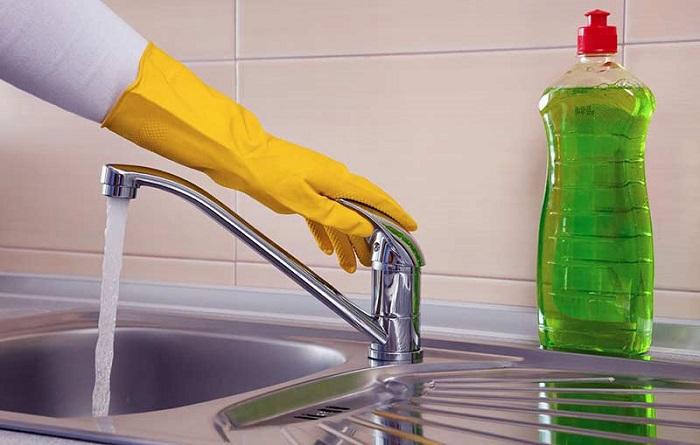 Подойдет любое средство для мытья посуды. / Фото: nadoremont.com