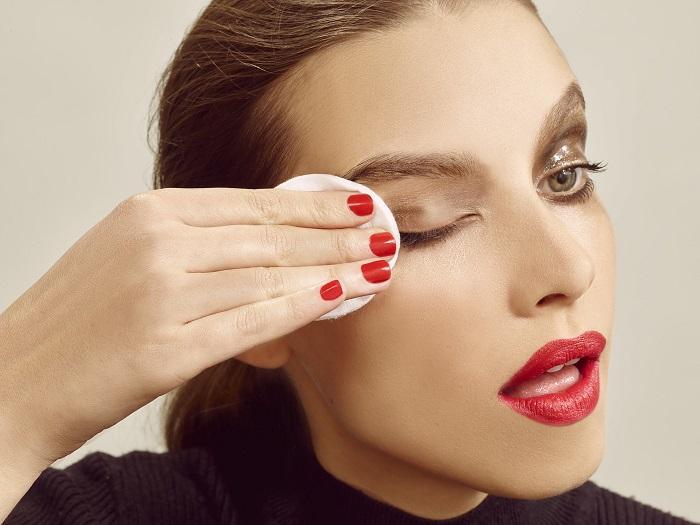 Кефир легко устраняет любые косметические продукты. / Фото: woman.ru