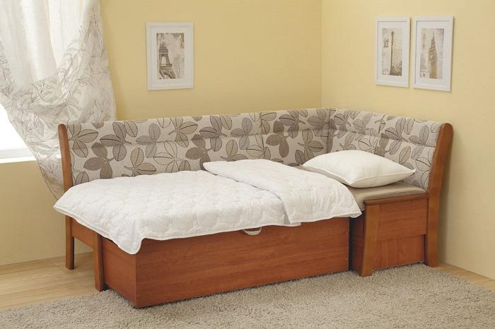 Кухонный уголок можно использовать и для сидения, и для сна. / Фото: Dizainexpert.ru