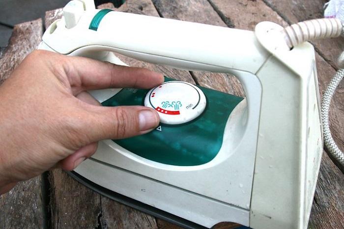 Выставляйте на утюге минимальную температуру. / Фото: businessman.ru