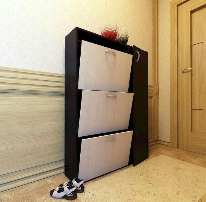 Обувницу нужно мыть внутри снаружи, а также убирать пыль рядом с ней. / Фото: youla.ru