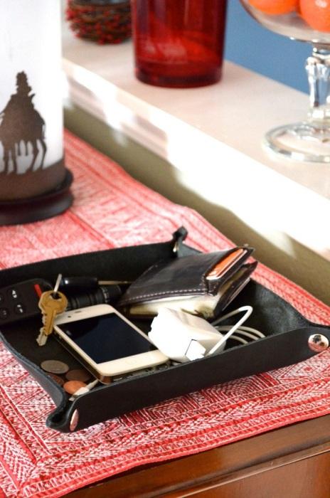 Поднос с нужными мелочами. / Фото: etsystatic.com