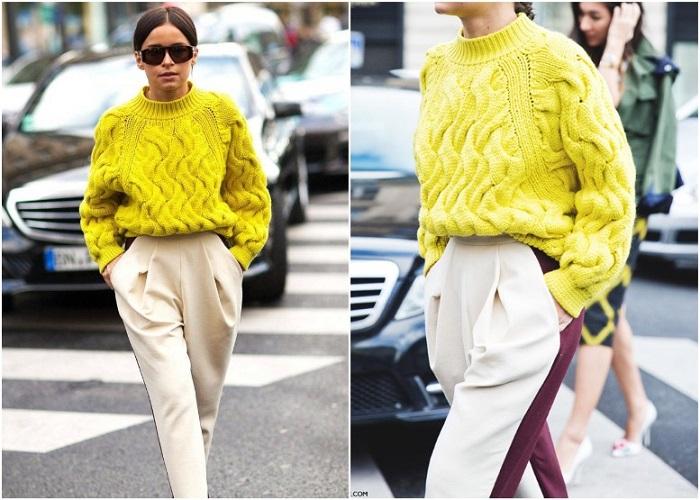 Ярко-желтый свитер делает брюки с лампасами более интересными