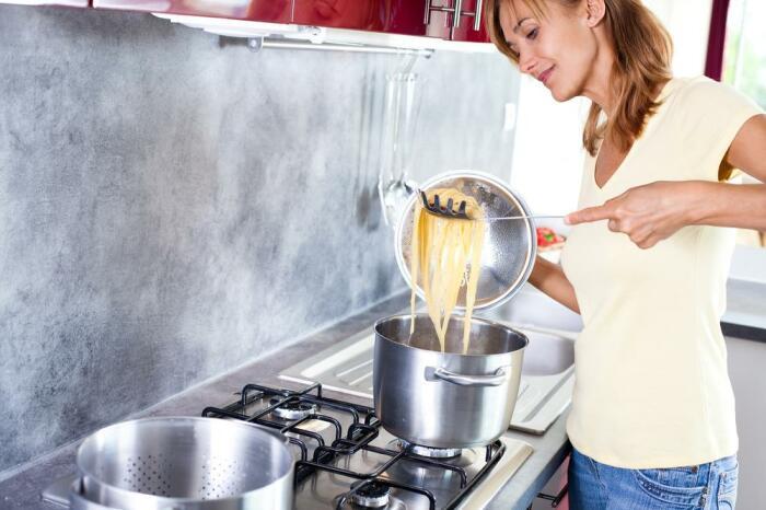 Для начала научитесь готовить макароны. / Фото: syl.ru