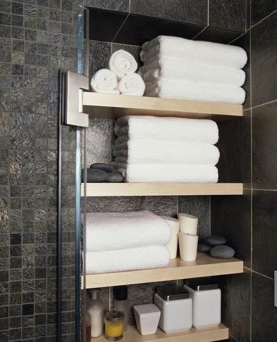 Сделайте полки в нише, чтобы расположить полотенца. / Фото: gidroguru.com