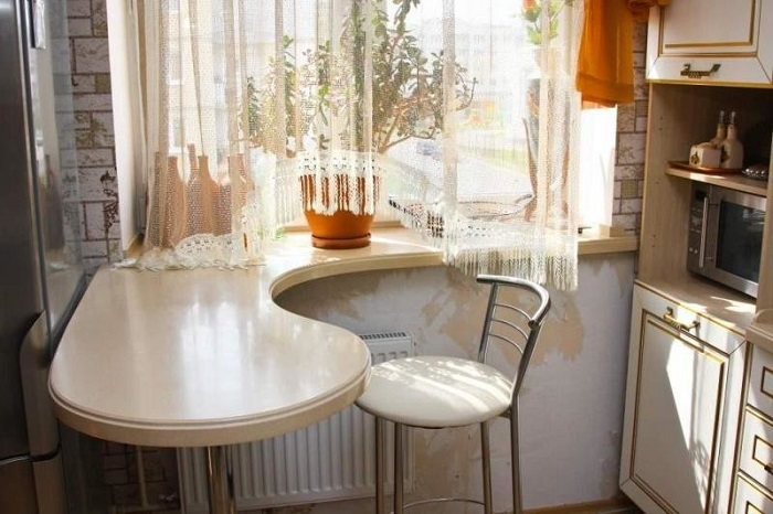 Закругленный обеденный стол из подоконника. / Фото: Zen.yandex.ru