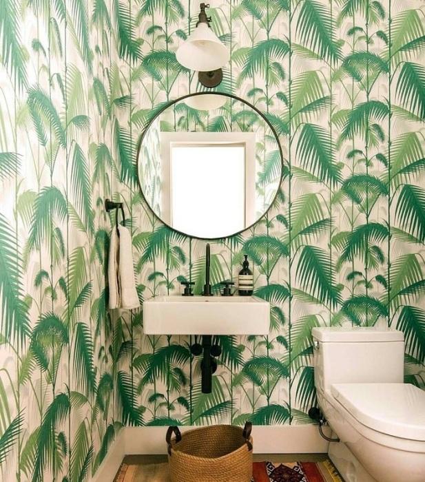 Тропические принты визуально уменьшают ванную комнату. / Фото: Pinterest.com