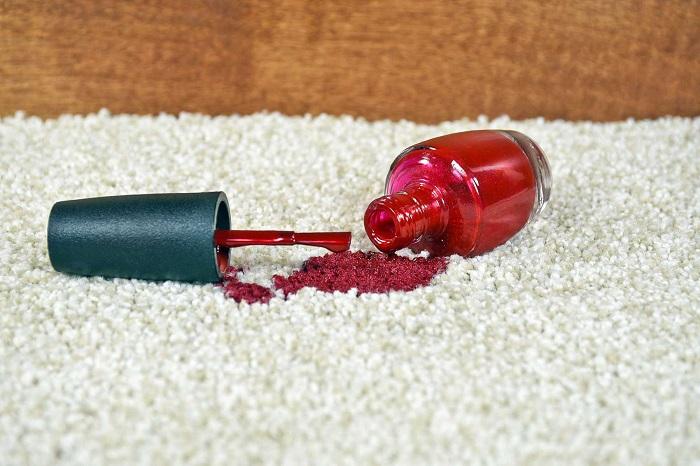 Лак для ногтей разлился на ковер. / Фото: cleanipedia.com