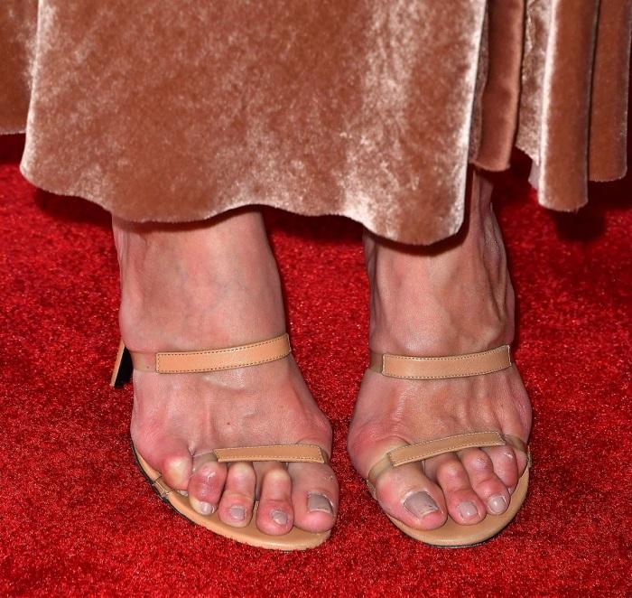 Если облупился лак, нельзя надевать открытую обувь. / Фото: krasotka.cc