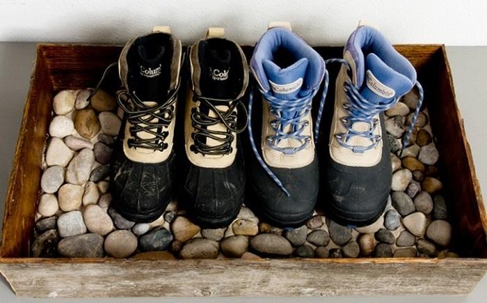 Лоток с галькой отлично подойдет для мокрой или грязной обуви. / Фото: 123ru.net