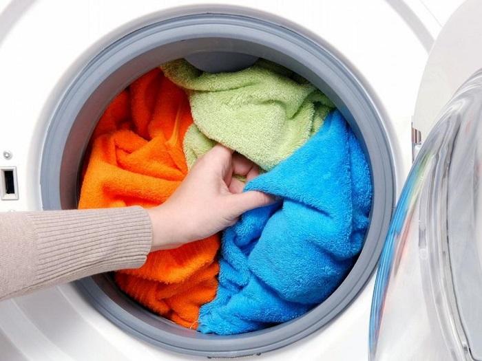 В машинке полотенца нужно стирать при температуре 40-60 градусов. / Фото: Twitter.com