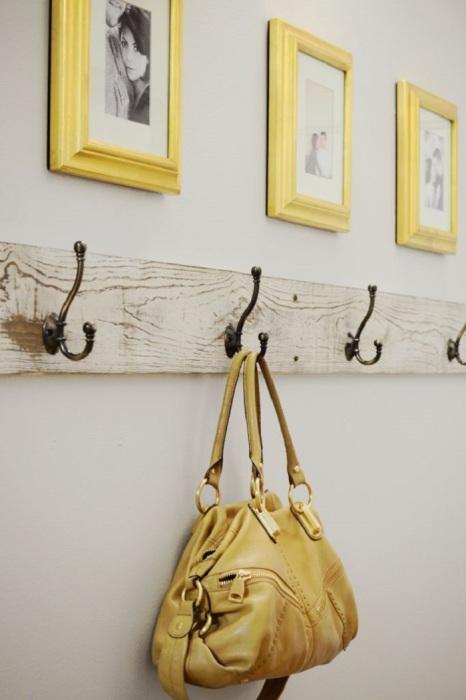 Стоит выделить отдельный крючок для сумки. / Фото: Pinterest.co.uk